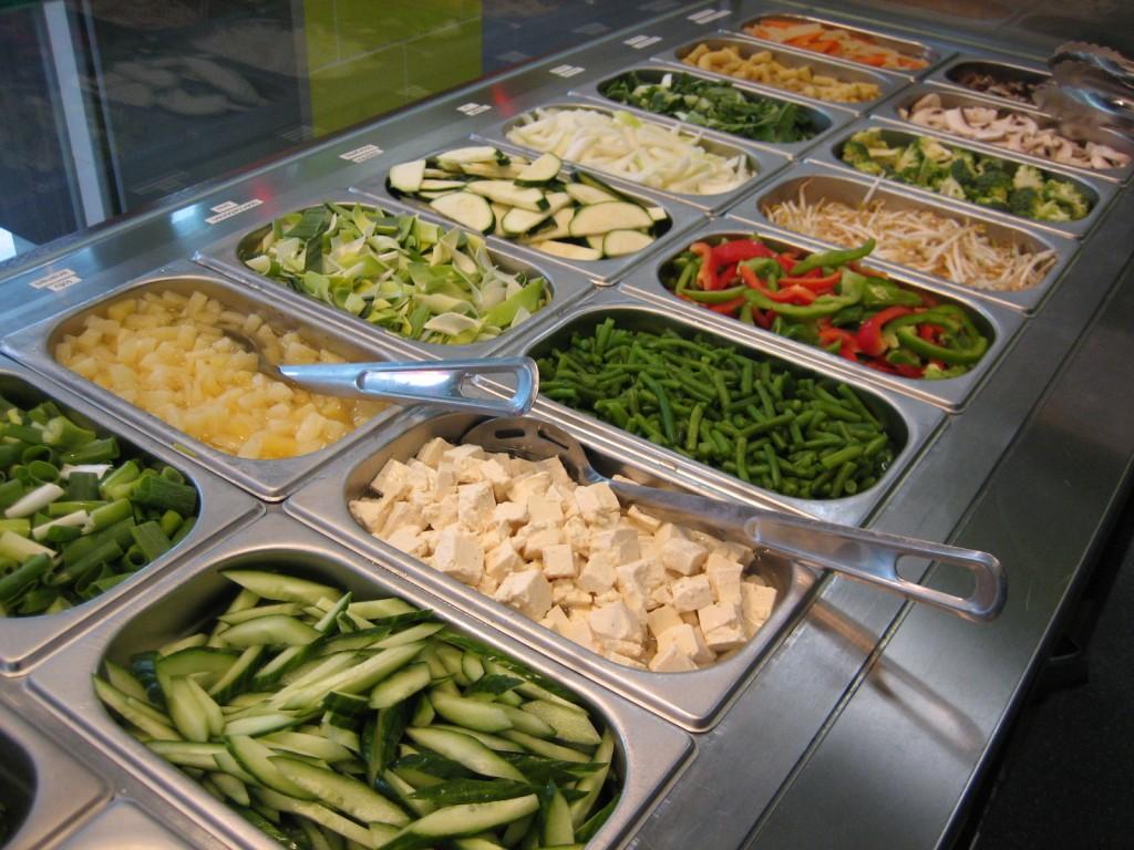 Foto van de bakken met verse groenten in een winkel van Eazie, een fast-food keten met oosterse maaltijden die snel groeit. Eazie is een mooi voorbeeld van een merk dat met productontwikkeling aansluit op de trend naar gezond.